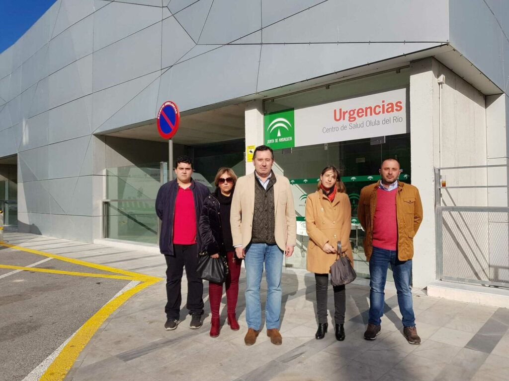 Foto de archivo de concejales socialistas en la puerta del centro de Salud de Olula del Río.