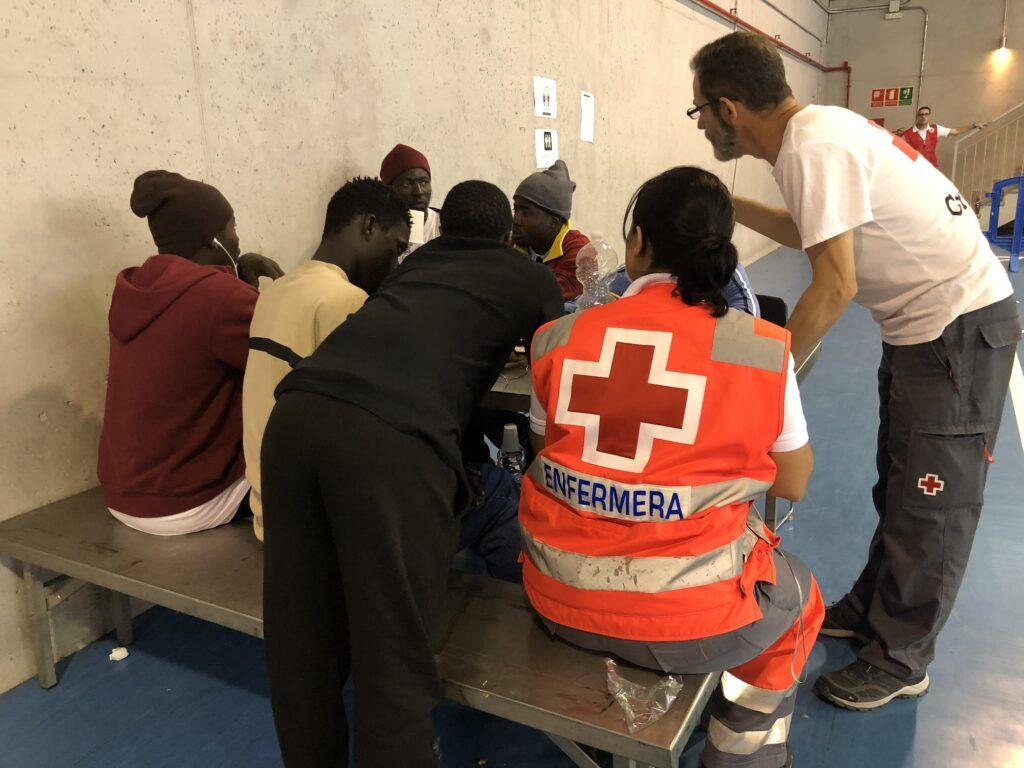 Migrantes son atendidos por personal de Cruz Roja.