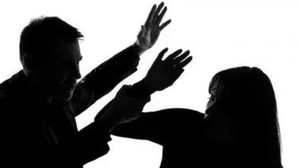 Simulación que representa a un hombre con intención de agredir a una mujer.