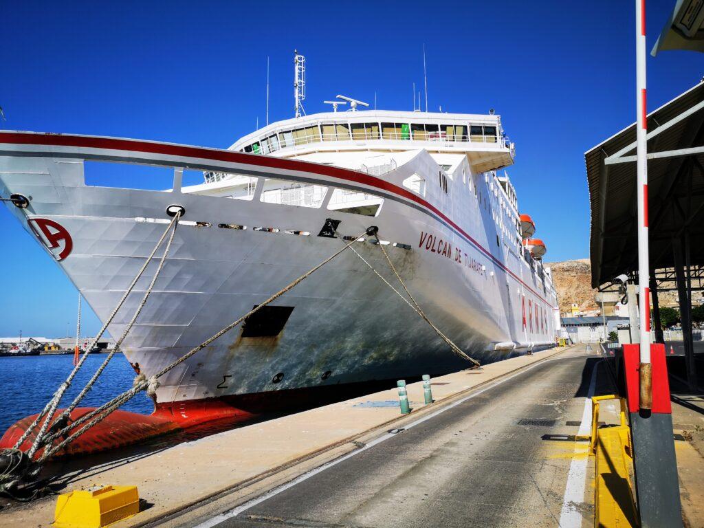 El buque Volcán de Tijarafe, de la naviera Armas, atracado en el Puerto de Almería