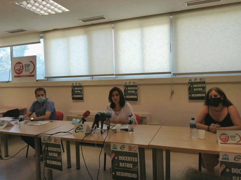 Representantes sindicales en rueda de prensa.