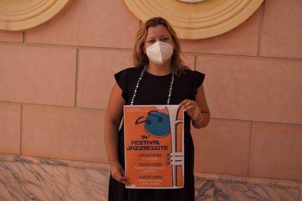 Vanesa Fuentes con el cartel de Jazzbegote.