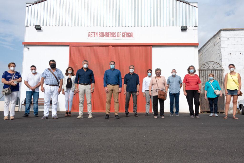 Diputados, diputadas, alcaldes y alcaldesas socialistas en la nave, aún cerrada, para el retén de bomberos de Gérgal.