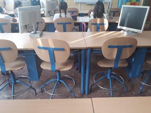 Los padres denuncian la existencia de mesas corridas y nula separación entre alumnos