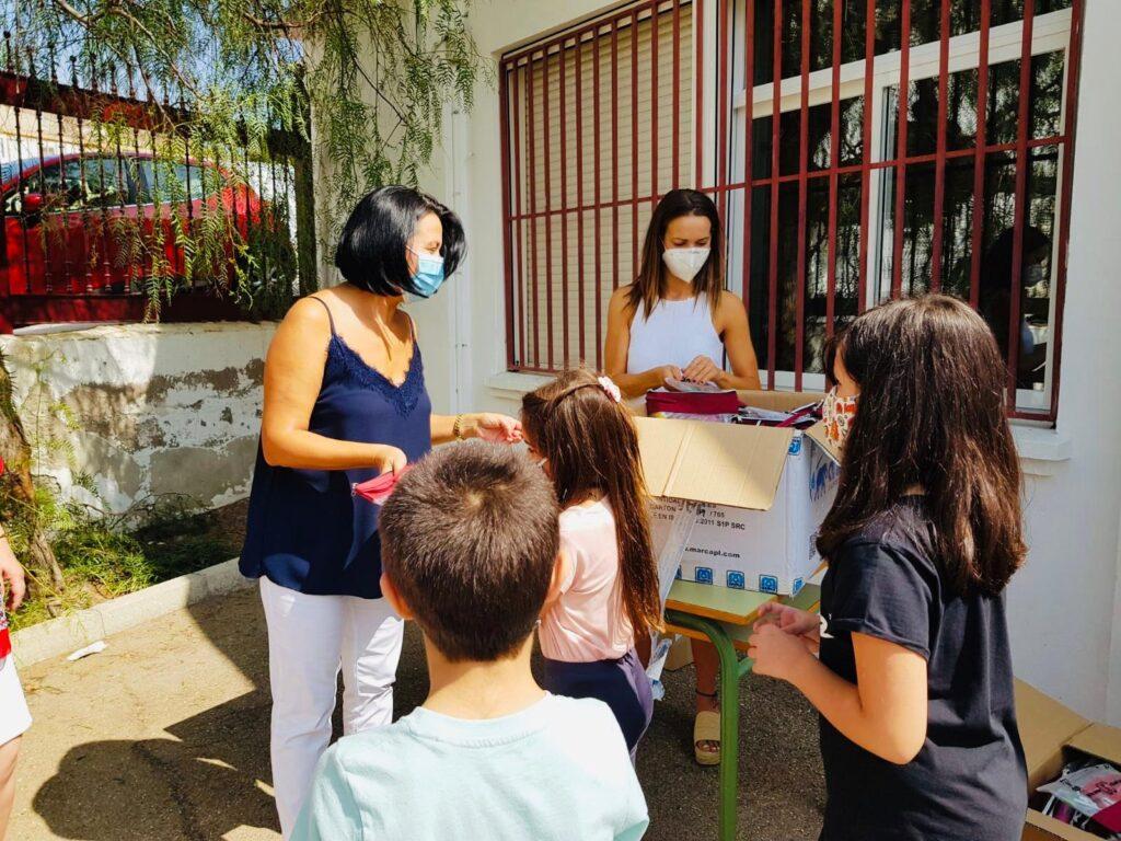 Reparto de mascarillas en los colegios de Cantoria