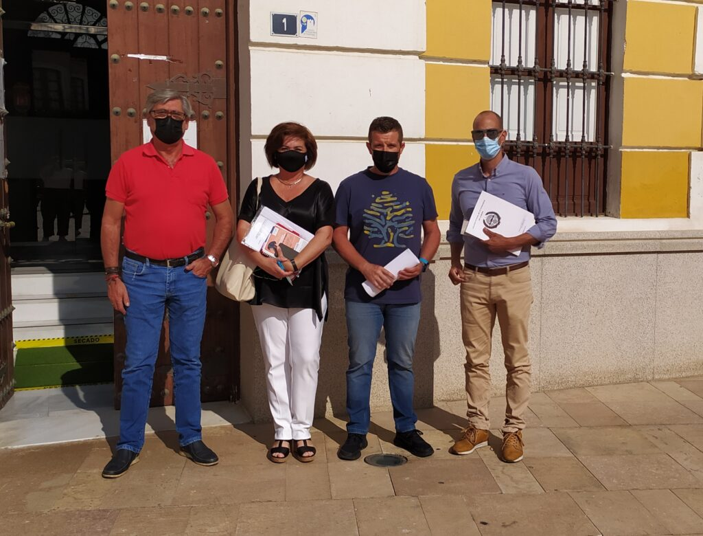 Representantes del Ayuntamiento de Pechina y del colegio de veterinarios.