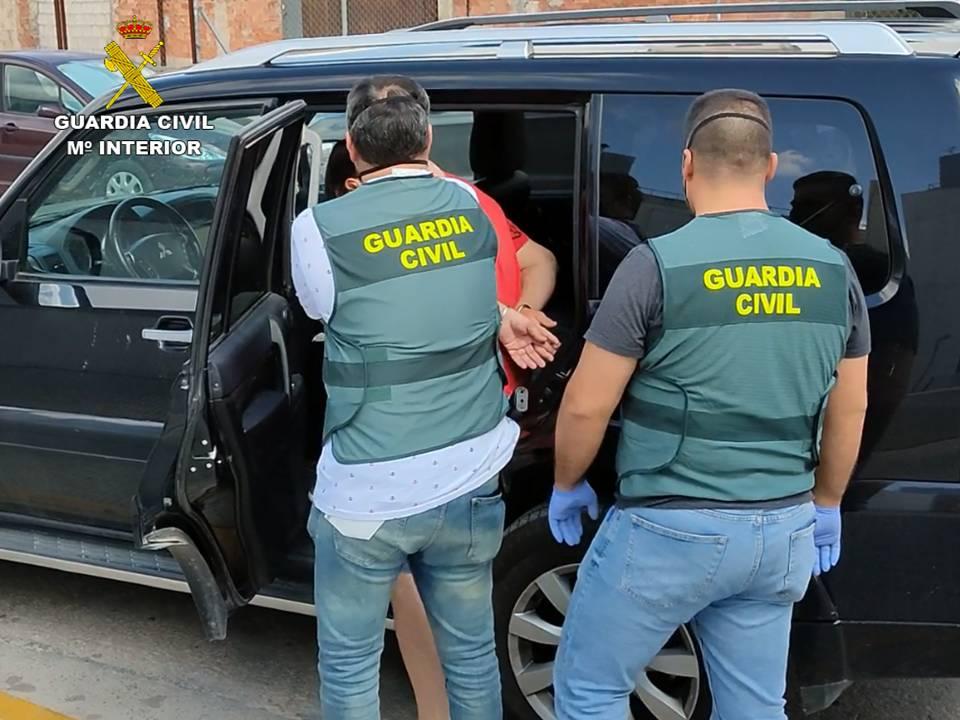 Guardia Civil deteniendo al culpable