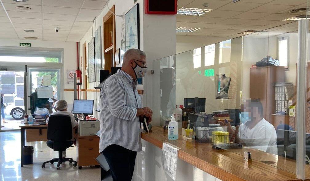 El alcalde, Ismel Torres, durante su visita al centro de salud
