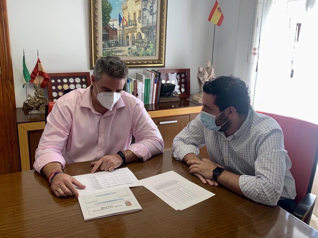 Manuel Flores y Juan Manuel Ruiz, en el despacho del alcalde de Viator.