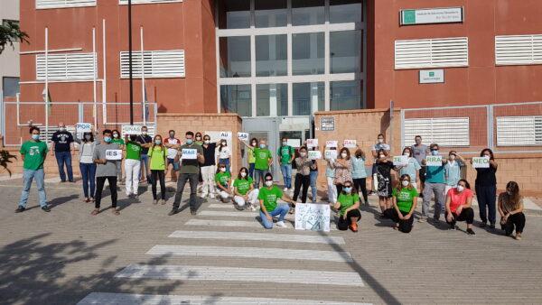 Manifestación de la comunidad educativa en el IES Mar Mediterráneo, de Aguadulce.