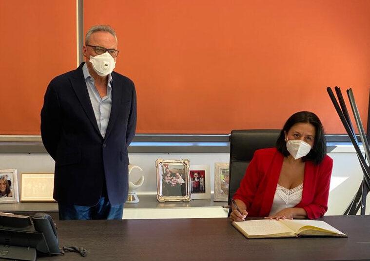 Puri Sánchez, alcaldesa de Cantoria firma el libro de visitas de Cosentino