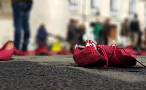 Instalación 'Zapatos rojos', en recuerdo a las víctimas de la violencia de género