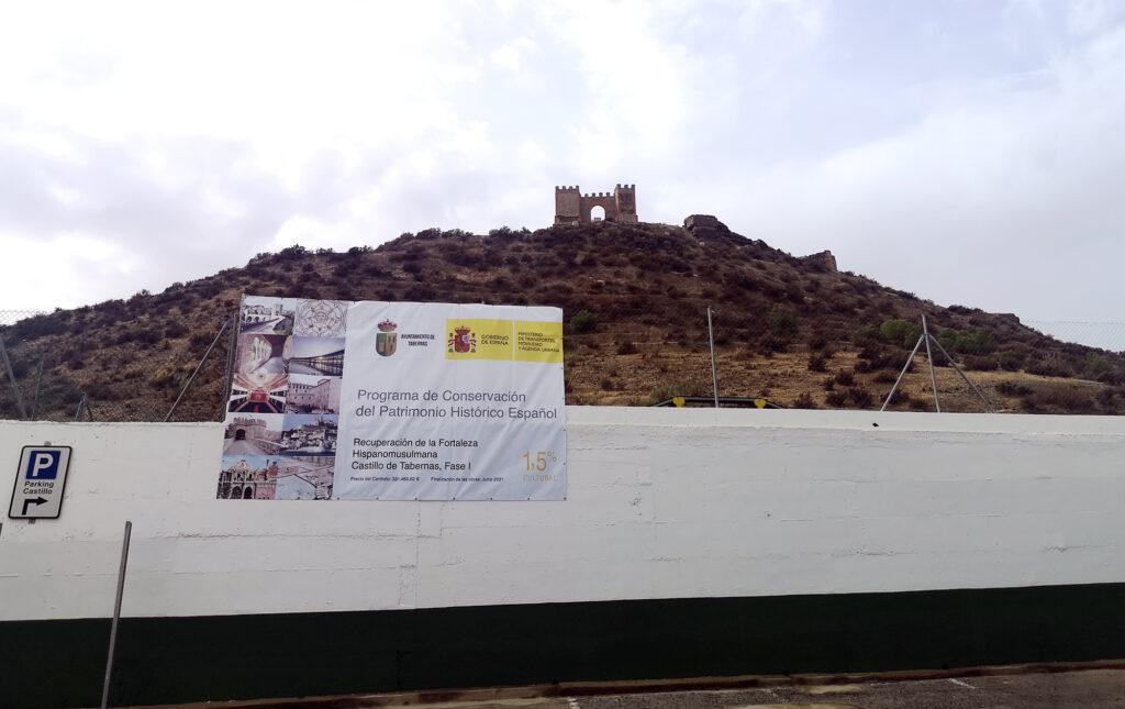 Cartel anunciador de las obras en el Castillo de Tabernas.