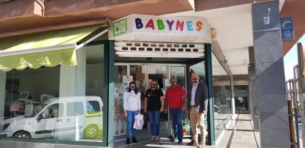 Representantes municipales junto a uno de los comercios adheridos a la campaña