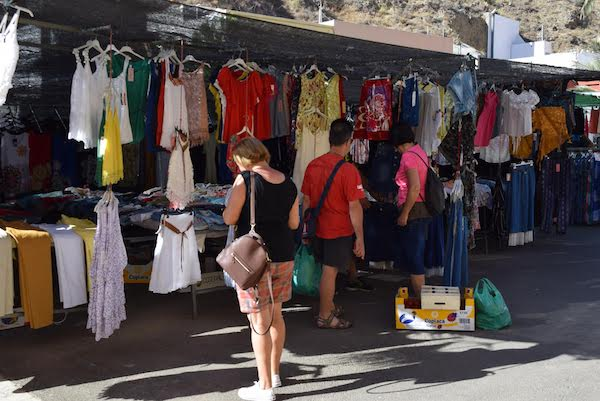 Puesto de ropa en un mercadillo ambulante