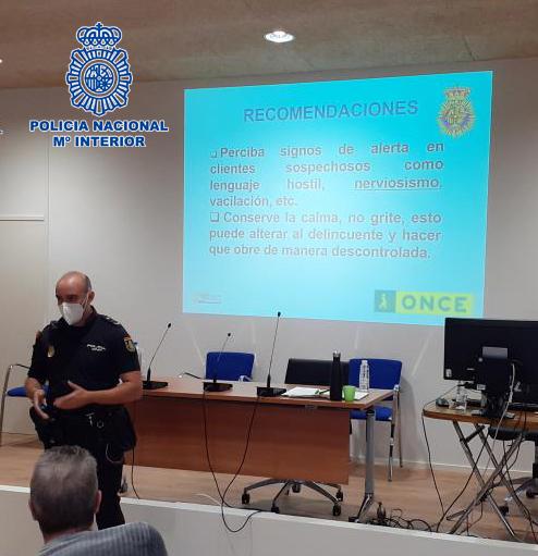 Policía Nacional forma a futuros vendedores del cupón de la ONCE.