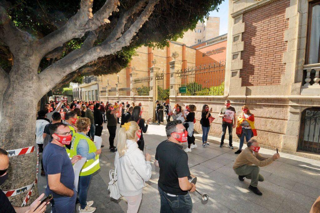 Hosteleros y hosteleras protestan frente a la Delegación del Gobierno de la Junta de Andalucía en Almería.