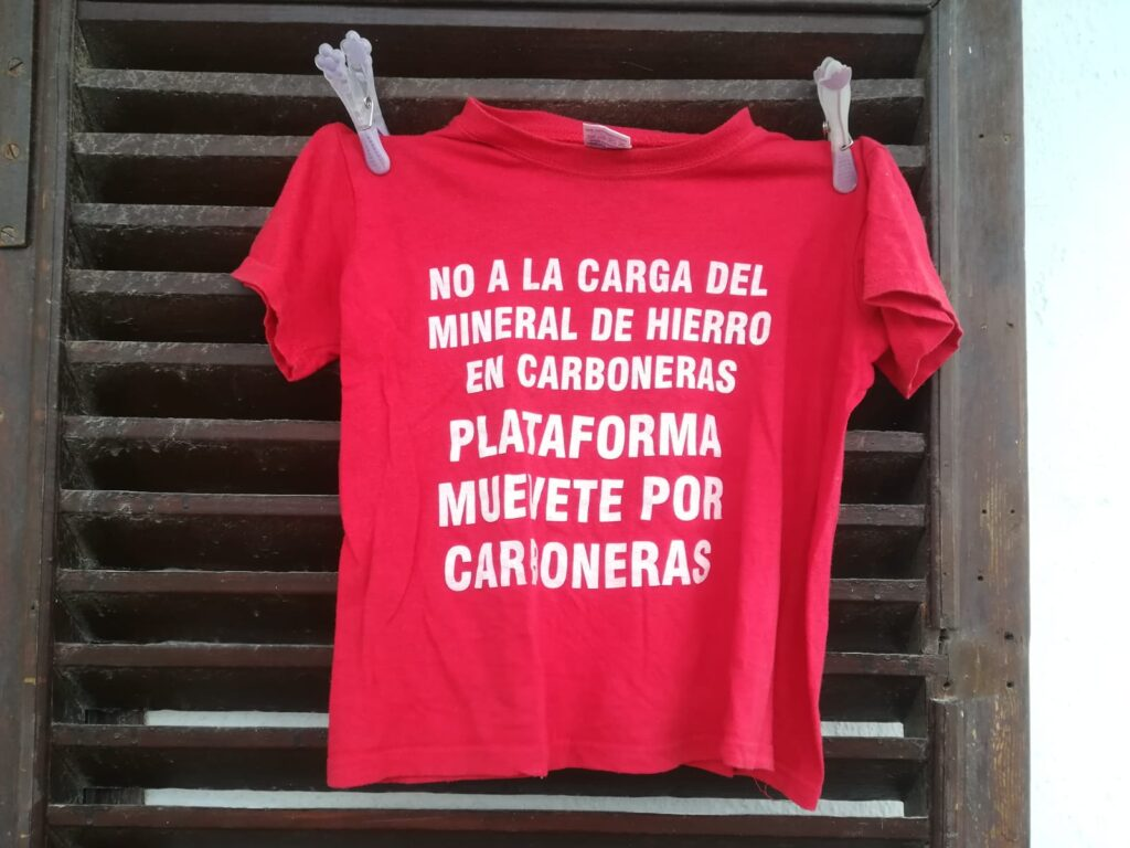 Una de las camisetas que muestran vecinos de Carboneras en sus balcones.