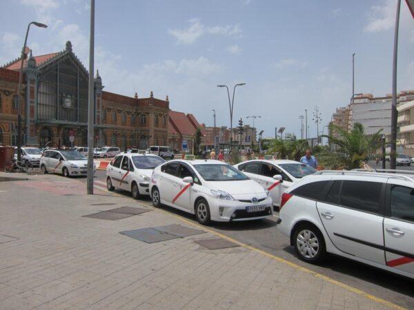 Taxis estacionados junto a la Estación Intermodal