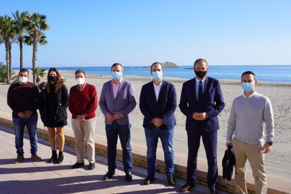 Autoridades en el paseo marítimo de Carboneras.