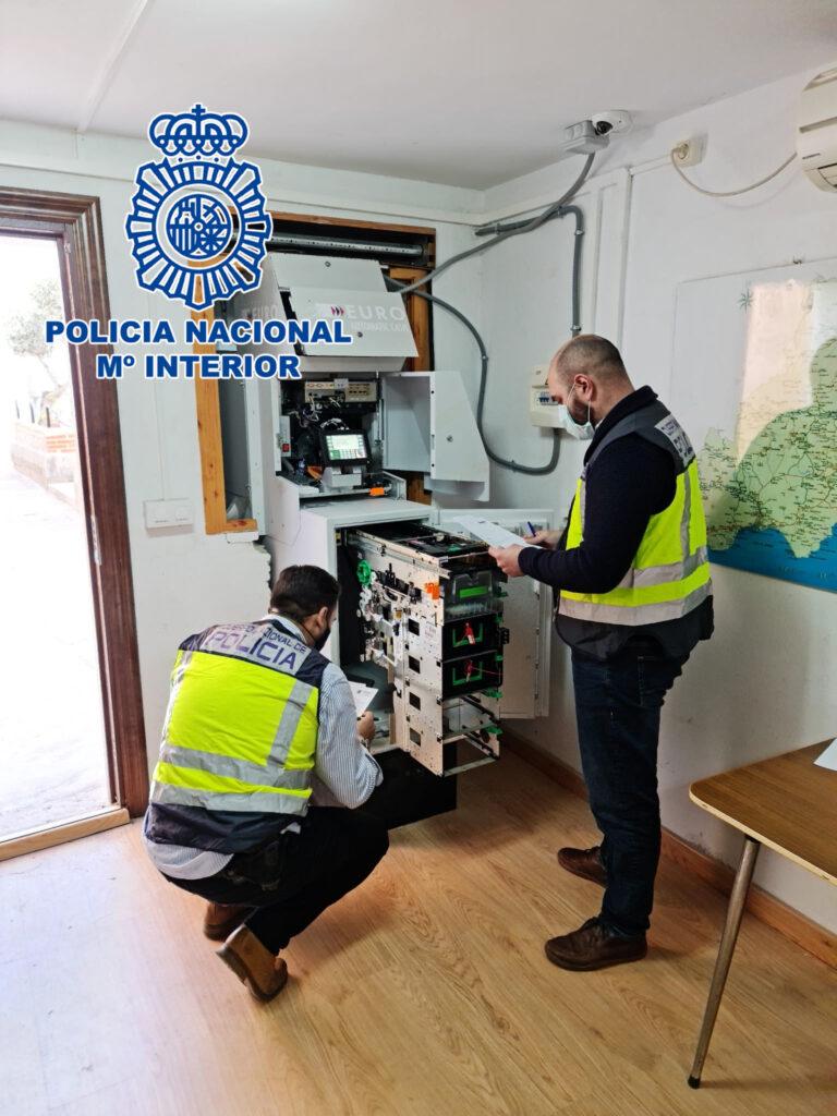 Policía Nacional supervisa los cajeros.