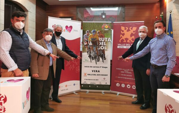 Presentación del cartel de la prueba ciclista.