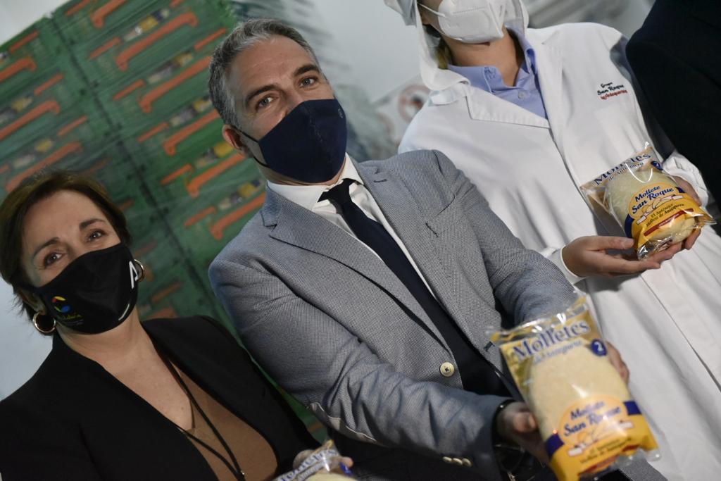Elías Bendodo sostiene una bolsa de Molletes.