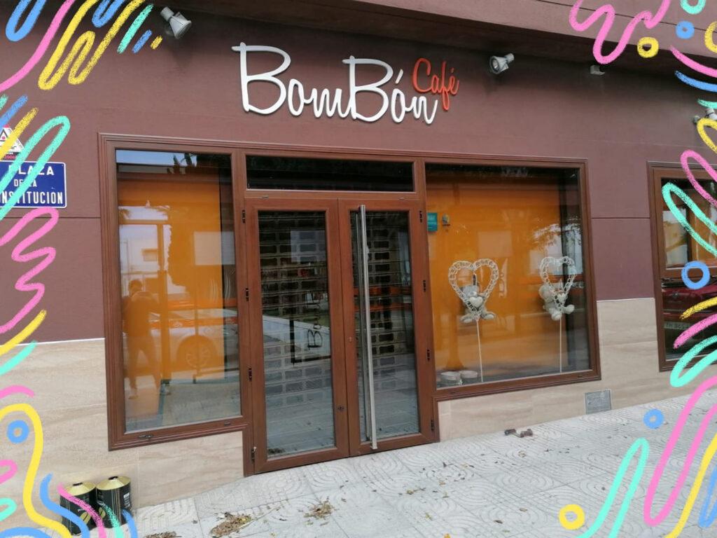 Uno de los bares de la Avenida de la Constitución, de La Mojonera.