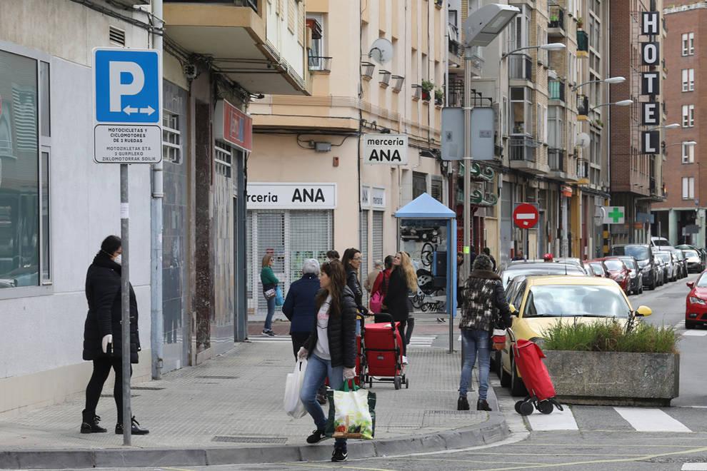 Personas con bolsas de la compra
