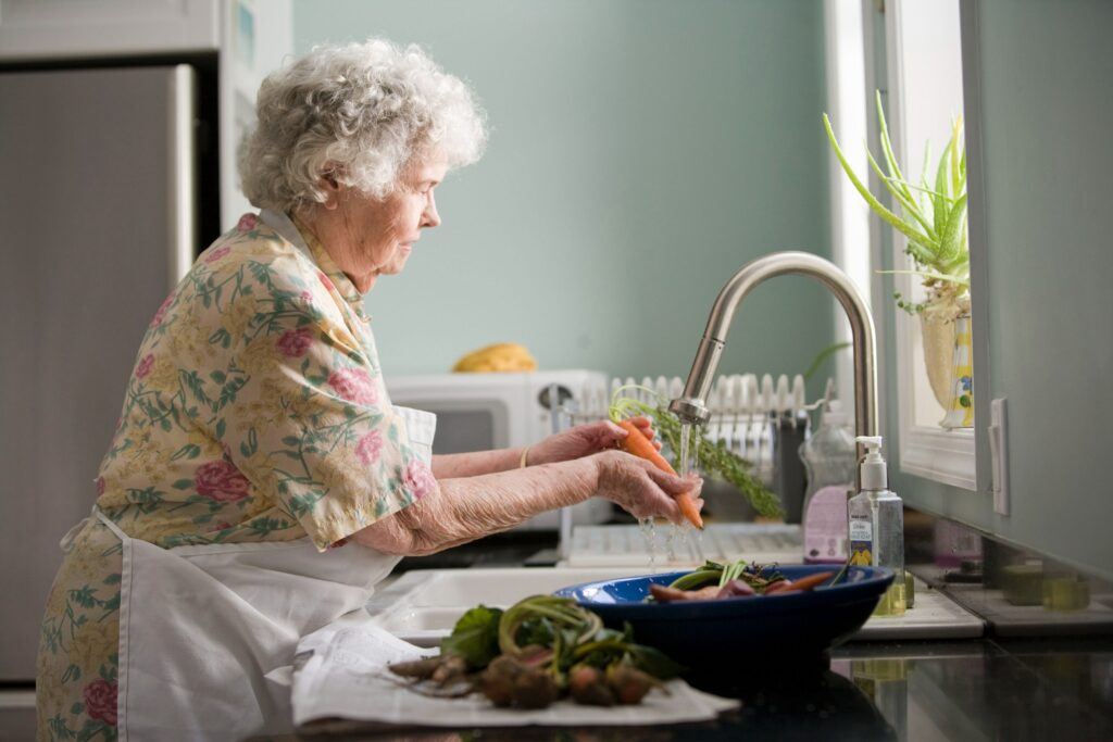 Mujer mayor realizando tareas domésticas