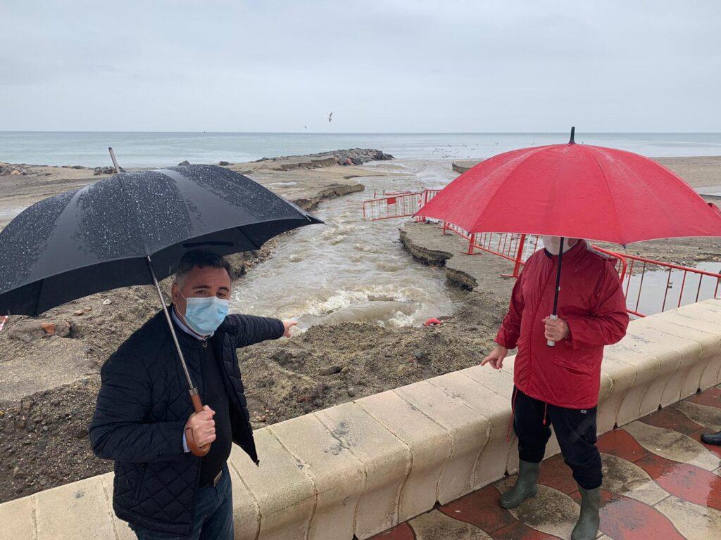 Antonio Ruano, concejal del PSOE, en la playa de Costacabana
