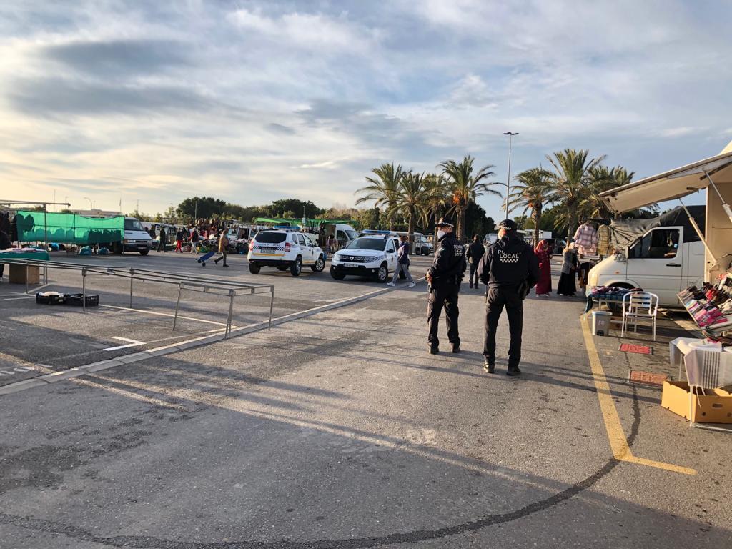 Control policial en el mercadillo de El Ejido.