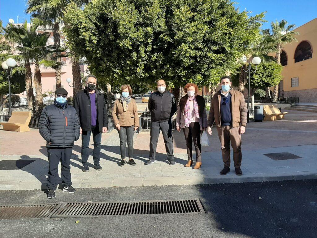 Representantes del PSOE con la presidenta de la asociación de vecinos del barrio de San Juan
