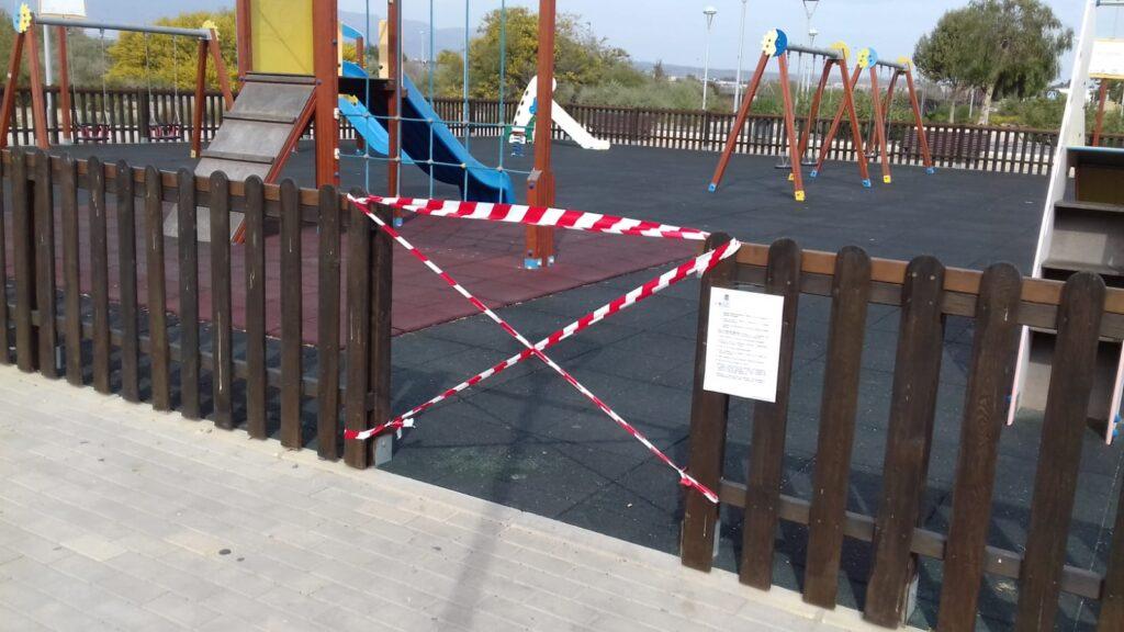 Zona de juegos infantiles clausurada.