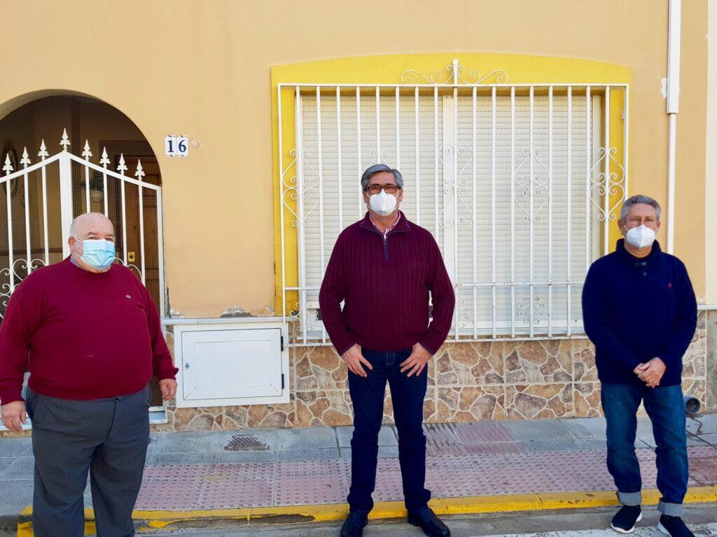 El alcalde de Pechina junto a dos médicos jubilados.