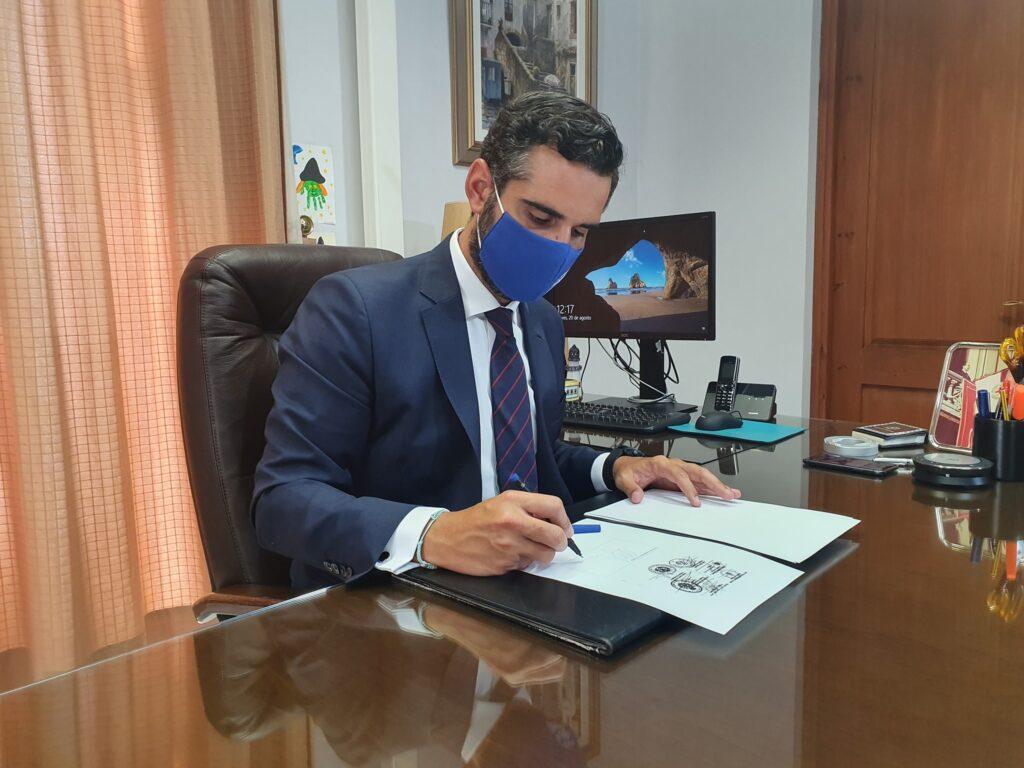 El alcalde de Almería con una de sus misivas