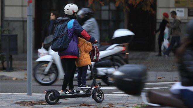Gente en patinete eléctrico