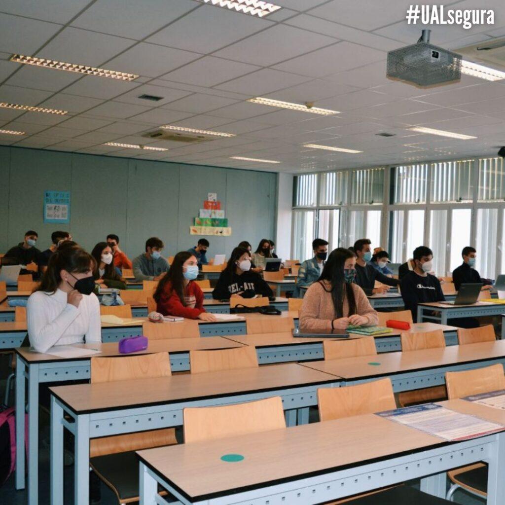 Imagen de archivo de estudiantes universitarios en un aula del campus