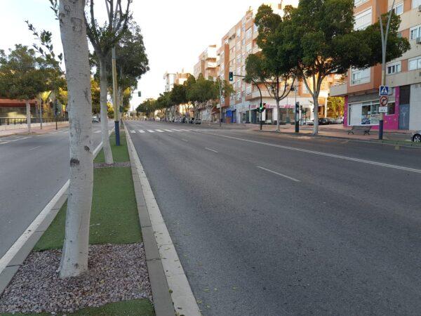 Una céntrica calle de la capital, vacía.