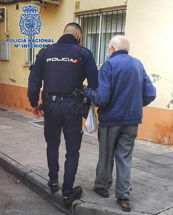 Un agente con una persona mayor.