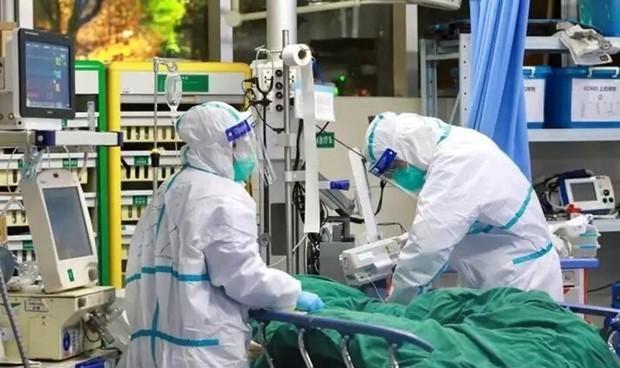 Sanitarios en un hospital, ataviados con equipos de protección frente al covid