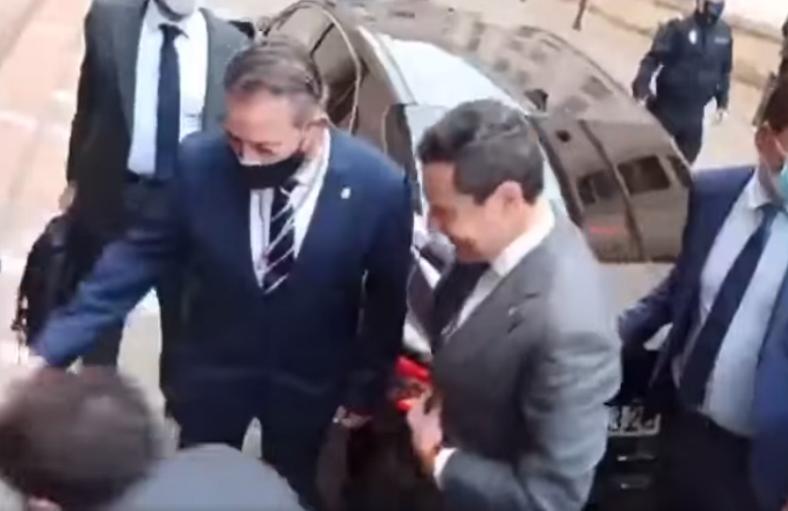 Moreno Bonilla a cara descubierta frente al Ayuntamiento de Linares