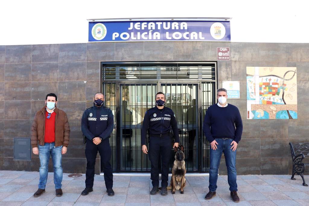Flores Malpica, Ruiz del Real y miembros de la Policía Local de Viator.