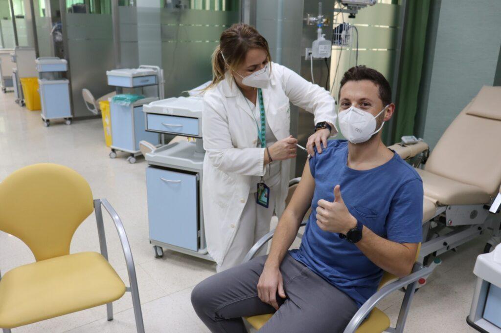 Un paciente se vacuna frente al coronavirus.