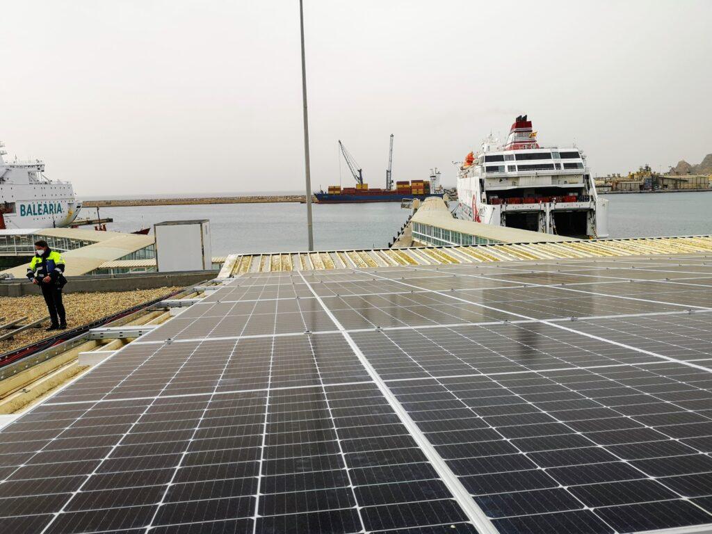 Planta solar fotovoltaica en el Puerto de Almería.