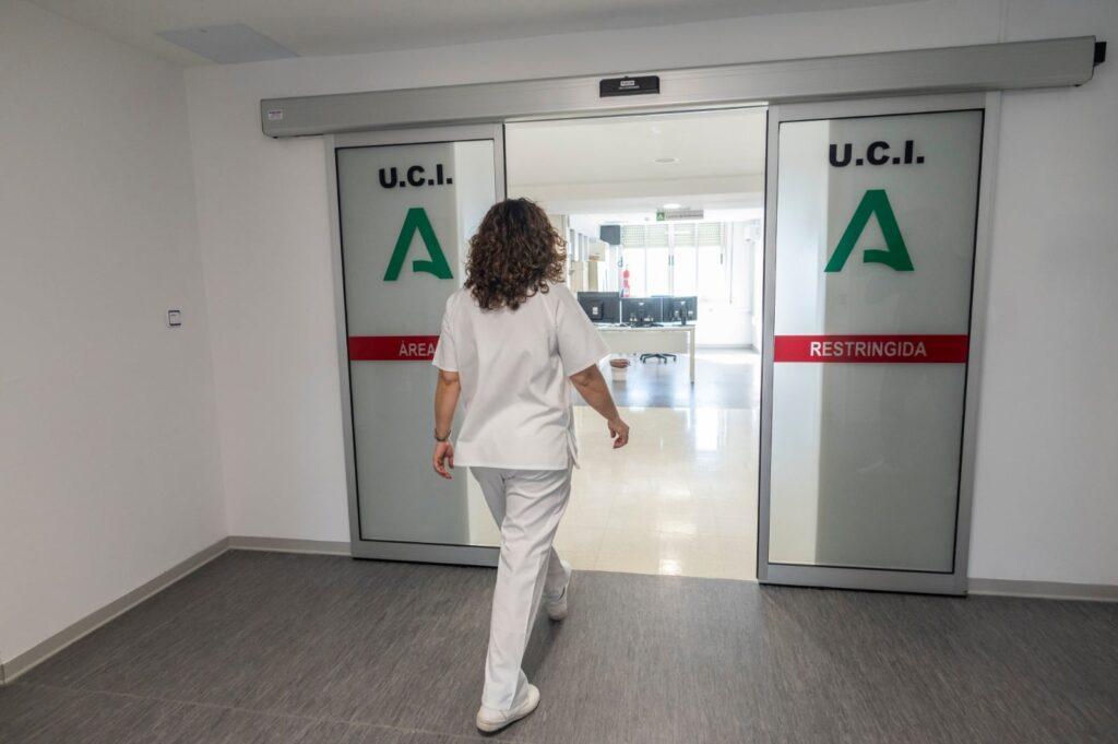 Entrada a una UCI hospitalaria