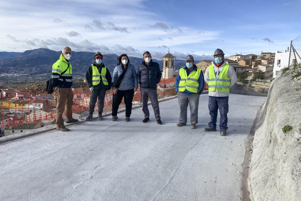 Autoridades junto a trabajadores del PFEA del Gobierno.