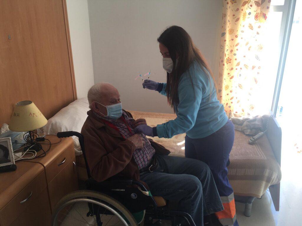 Un residente de Serón recibe su vacuna.