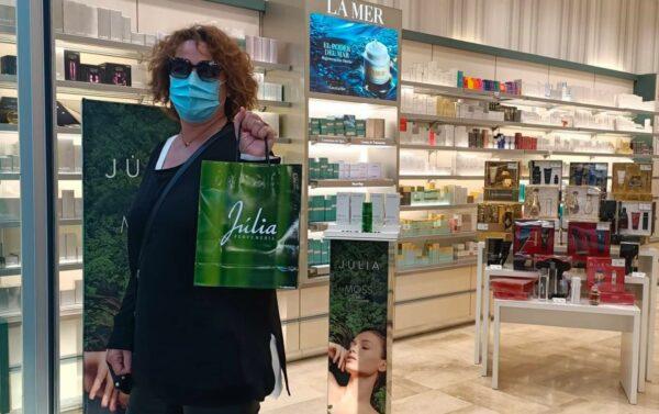 Una clienta en una tienda del centro de Almería