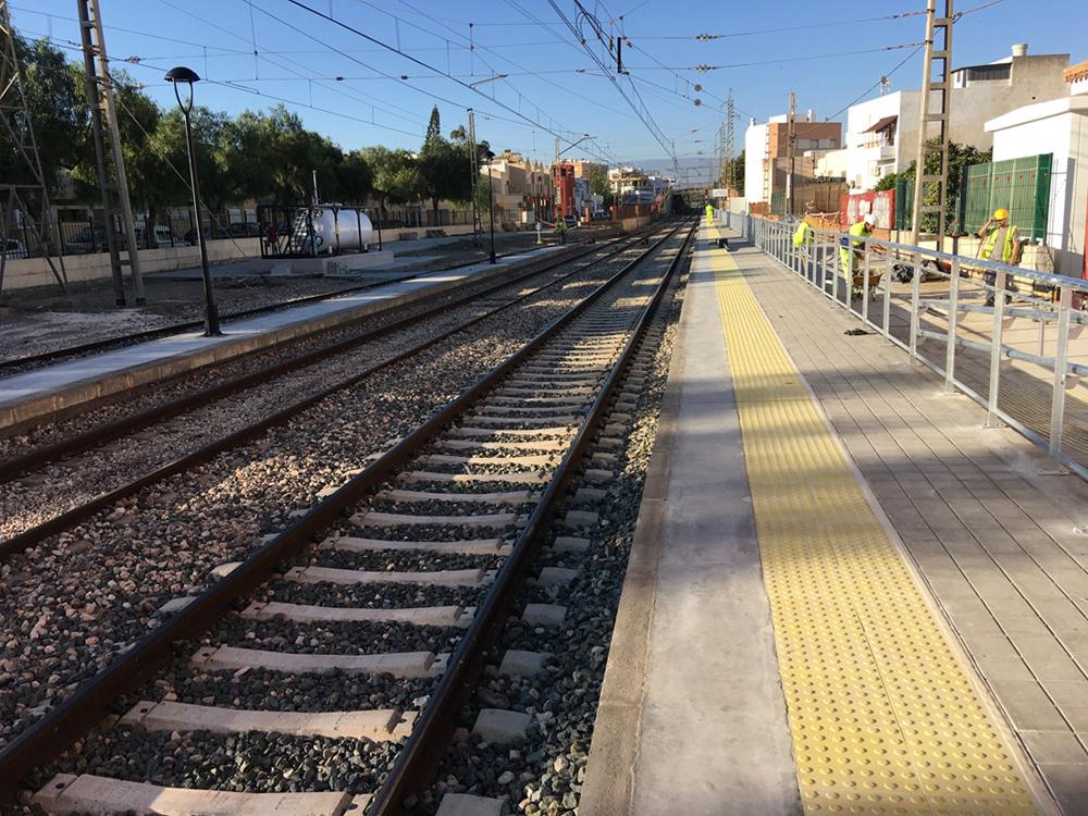 Vías del tren a su paso por la estación Huércal-Viator